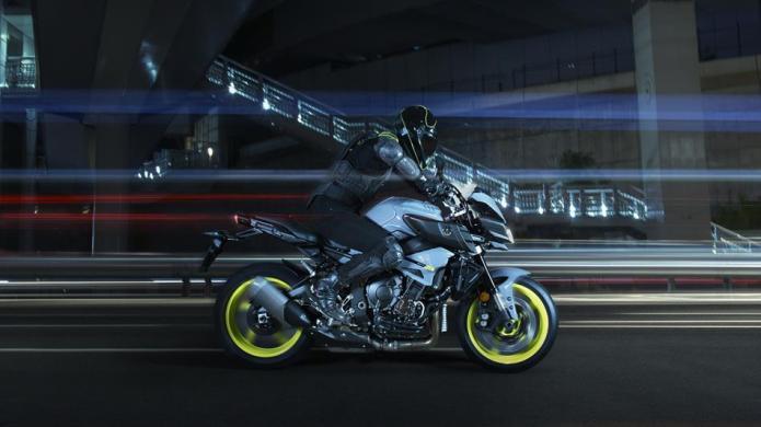 2016-Yamaha-MT-10-EU-Night-Fluo-Action-008