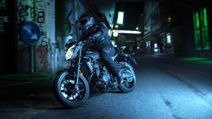 2016-Yamaha-MT320-EU-Midnight-Black-Action-003